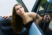 快乐的年轻女人在车里 — 图库照片