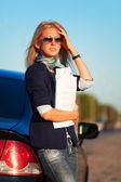 Jeune femme d'affaires avec les rapports financiers — Photo