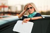 Giovane imprenditrice con rapporti finanziari — Foto Stock