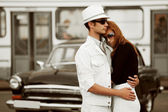 Young couple against a retro car — Stock Photo