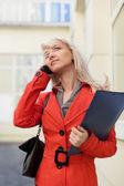 在电话上的年轻女商人 — 图库照片