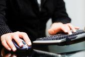 Kobieta rąk do pracy na komputerze — Zdjęcie stockowe
