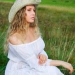 mujer hermosa en la naturaleza — Foto de Stock