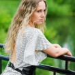 mulher bonita à beira do lago — Foto Stock