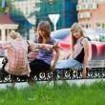 Teenage girls on the city street — Stock Photo