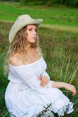 Красивая женщина на природе — Стоковое фото