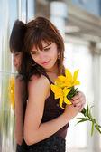Glückliche junge frau mit einer lilie — Stockfoto
