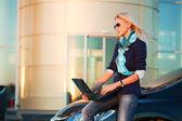 Jovem empresária com laptop — Foto Stock