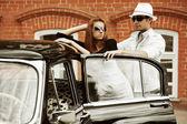 Junges paar mit einem retro auto — Stockfoto