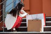 Jonge vrouw met shopping tassen — Stockfoto