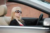 Jeune femme conduire une décapotable — Photo