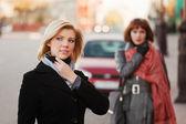 Dwie młode kobiety na ulicy miasta — Zdjęcie stockowe