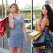 unga kvinnor med kassar och påsar — Stockfoto
