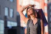 Shopper felice su una strada — Foto Stock