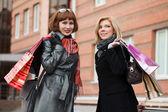 Två unga kvinnor med kassar och påsar — Stockfoto