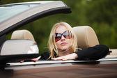 Ung kvinna i en cabriolet — Stockfoto