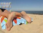 ビーチで休んでください。 — ストック写真