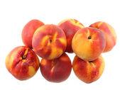 Een hoop van perziken, op wit. geïsoleerd — Stockfoto