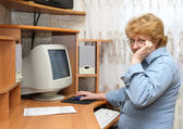 Senior lady learn a computer. — Stock Photo