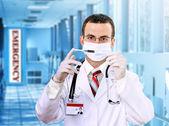 医生研究用血的医学测试注射器. — 图库照片