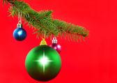 Kerstmis decoratie-kleur ballen, fir takken.. — Stockfoto