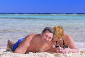 Mature couple on the beach in the tropics. — Zdjęcie stockowe