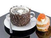 Tasse Kaffee mit Sahne, rote Kaviar. isoliert — Stockfoto