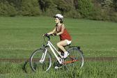 Mädchen-fahrradfahren — Stockfoto