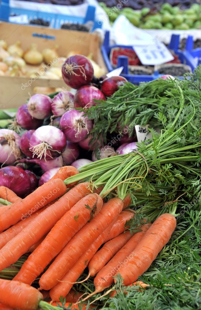 Fresh Carrots And Red Onions At The Local Market — Stock Photo #6695734