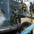 Soldiers marines ( sea commandos ) boarding a ship in a simulated assault. — Stock Photo #6608691