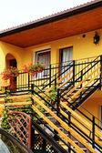 Zonnige geel huis — Stockfoto