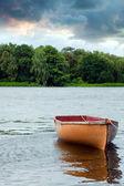 Barco de pesca solitário flutuando no lago — Foto Stock