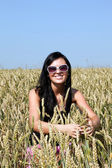 Happy girl in wheat field — ストック写真