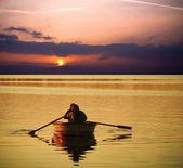 Paar ontspannen op boot bij zonsondergang — Stockfoto