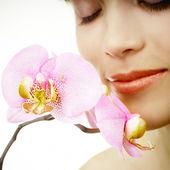 женщина и орхидей — Стоковое фото