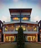Widok piękny nowoczesny dom latem po ciemnym otoczeniu — Zdjęcie stockowe
