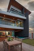 Cview della bella villa moderna in estate dopo il tramonto ambiente — Foto Stock