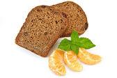 Rye bread with raisins and tangerines — Stock Photo