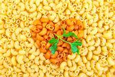 Sarı, turuncu kalpleri ve maydanoz ile makarna — Stok fotoğraf