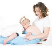 Barn och gravida modern — Stockfoto