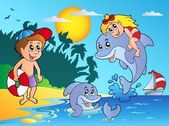 Summer beach with kids and dolphins — Vetor de Stock