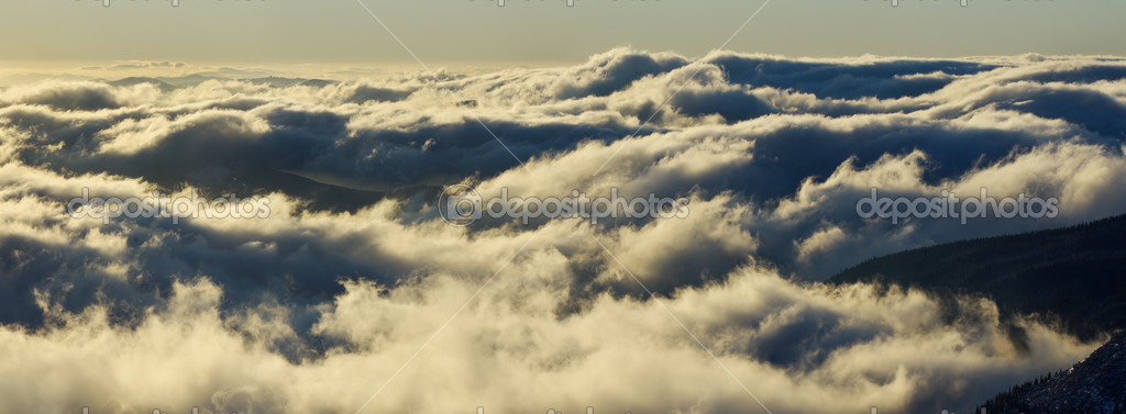 Clouds in mountains at sunrise — Stock Photo #5553454