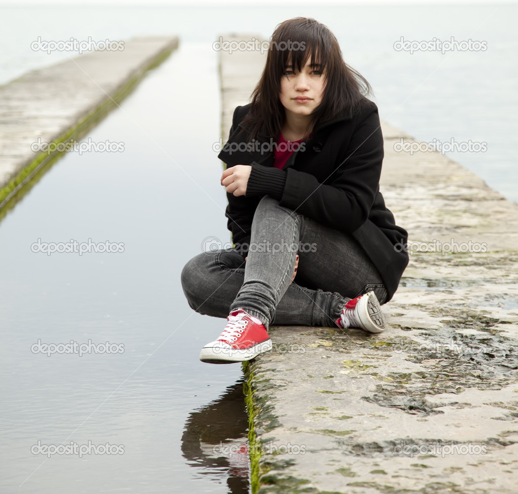 Young teen girl at outdoor near water. — Stock Photo #5421677