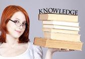 红发女孩与书籍 — 图库照片