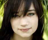 Retrato de muchacha adolescente morena en verde al aire libre. — Foto de Stock