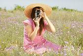 Garota de estilo retro na zona rural com câmera. — Fotografia Stock