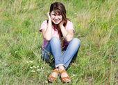快乐的女孩在绿草. — 图库照片