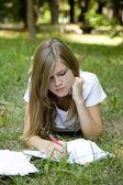 Sarışın kız parkta ödev. — Stok fotoğraf