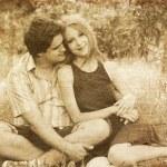Jong paar in liefde buitenshuis — Stockfoto
