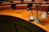 Decorativa balança da justiça no tribunal — Foto Stock